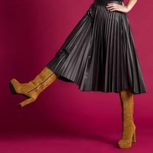 ¿Puede ser más bonita? Noooo 😍😍 Falda de cuero, plisada y con goma en cintura. Simplemente... ¡Perfecta!   ➡️ Desliza para ver looks con ella... 😉 Ya disponible en www.alaiamoda.es  #alaiamoda #alaiastyle #modamujeronline #faldacuero #falda #faldaplisada #faldasqueenamoran #ilovecuero #bohostyle #chic #newarrivals #newcollection