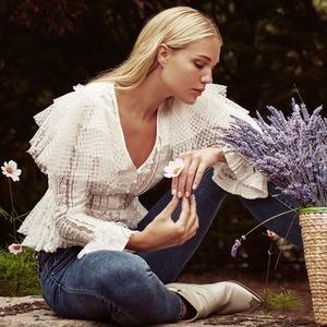 ❇️ Blusa Allegra ❇️ Una blusa muy especial con un sinfín de detalles que nos enamoran. Escote en pico, franjas semitransparentes, botones en la parte delantera... 😍😍😍  ¿Qué os parece? Ya disponible en www.alaiamoda.es  #blusas #blusasalaia #modamujer #magicfields #newarrivals #newcollection #modaotoño #blusasqueenamoran #chic #chicboho #boho #jorgejuan30