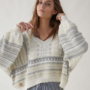 💙 Jersey Amina 💙 Oversize, de punto, escote en pico y unas mangas que nos encantan!! 🥰 Así es uno de los jerseys de la nueva colección, simplemente ¡precioso!   ¿Con qué te lo pondrías? ¿Falda, pantalón? 😉  Ya disponible en www.alaiamoda.es. Envíos en 24/48h.  #alaiamoda #modamujer #jersey #oversize #newcollection #nuevacoleccion #new #boho #chic #bohochic #alaiajorgejuan #modavalencia #primaveraverano