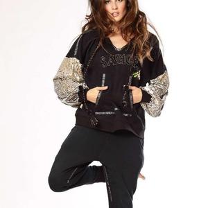 Llegamos al sábado con un look casual con mucho estilo. 💘 Sudadera y pantalón CUPIDO 💘  #Sudadera con capucha y lentejuelas plateadas en las mangas. #Pantalón con bolsillos y decoración en la zona interior de la pierna.  ¡Estamos deseando estrenarlo! 😍😍  #lookcasual #alaiacasual #modaalaia #modamujer #newcollection #newarrivals #modaonline #otoñoinvierno #chic #modachic