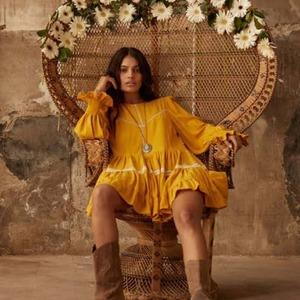 💛 APRIL DRESS 💛 Con esta preciosidad de vestido llegamos al sábado. Recién aterrizado en Alaia y ya está siendo todo un éxito porque... ¡es perfecto! 🥰 Cómodo, elegante y con personalidad.   Su manga con volante y puño de nido de abeja es puro amor 💘.  Disponible en color ocre (el de la foto) y blanco.   ¡Feliz sábado!  #alaiamoda #modamujer #vestido #nuevacoleccion #newcollection #newarrivals #vestidocorto #vestidoboho #bohostyle #vestidomangalarga #primavera #moda #chic #bohochic