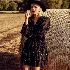 ¡Buenos días! 😀 Comenzamos el lunes apostando al negro con un nuevo modelo de la colección Magic Fields.  🖤 Jaguar Dress 🖤 Un vestido con manga semitransparente y volantes que sienta fenomenal.  El vestido perfecto para ese momento especial.   • Ya disponible en www.alaiamoda.es  #alaiajorgejuan #magicfields #vestidojaguar #jaguardress #modamujer #modaonline #alaia #vestidocorto #newarrivals #newcollection #vestidoeventos
