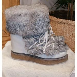 Buenos días! ¿Preparadas para recibir al frío? Nosotras si!!! Botitas ideales para nuestros looks de invierno más especiales ❤️  #botasinvierno #botasalaia #alaiamoda #alaiastyle #modaboho #botas #calzado #calzadomujer #botaspelo #chic #bohochic #jorgejuan30